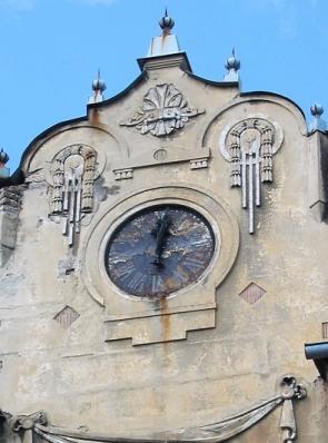Kde se nachází hodiny na domě ?