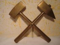 Hornický znak - kladívka (fajslíky, šlígle) - mlátek a želízko. Tyto dva zkřížené nejstarší havířské nástroje se staly nejen hornickým znakem se všeobecným vyjádřením havířské práce, ale jsou současně i světově uznávaným znakem