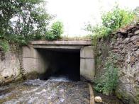 Obr. 11:  Detailní záběr na vstup do starého zakrytého koryta potoka. Jak se doba měnila, měnily se i stavební materiály, kámen, cihla, beton