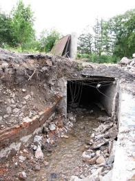 Obr. 14: Do tohoto starého zakrytého tunelu byla vedena stará a bude i nová trasa. Vede směrem k ulici PKH a celé by mělo býti opraveno a vyčištěno, je betonové, ale předtím bylo vystavěno z cihel a bylo klenuté. V části vlevo od vily do něj později přitékalo odbočné rameno od náhonu. (viz obr.10,11,12.)