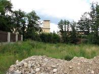 Obr. 30: Boční pohled z katastru vily směrem ke dvěma objektům továrny E.G.Pick podél cihlového plotu jsou již nefunkční zbytky po bývalém náhonu