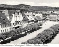 Jeden z nejstarších snímků nové budovy z okupace r. 1942. Náměstí se jmenovalo K. Henleina. Oberleutensdorf v té době patřil do Sudetské župy