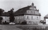 Mnohdy velké hospodářské dvory byly doplněny zámeckými budovami, které však v následných letech prodělávaly řadu přestaveb. Tyto proměny dokladuje např. zámek s hospodářským dvorem v Lišnici