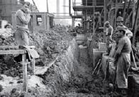 Podle německého dokumentu na stavbě a montážích pracovalo celkem více jak 17 000 osob, když 20,5 % tvořili Češi a 24,6 % bylo válečných zajatců, podle jiných zdrojů zde v té době působilo až 32 000 lidí.