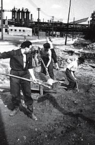 Na stavbě pracovalo 20 % Čechů a 25 % válečných zajatců.