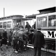 Úzkorozchodná tramvaj dopravovala zaměstnance do práce.