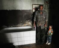 Tříletá Pavlínka žije se svým dědou ve vybydleném domě, kde nefunguje elektřina. foto: Iveta Lhotská, MF DNES