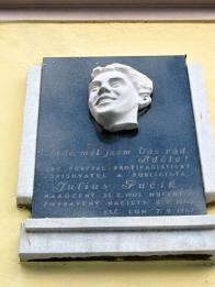 Busta J.Fučíka na fasádě Dělnického domu