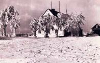 Bývalý hostinec Zum Tremfriedel vyhořel roku 1962. Na jeho místě byl začátkem roku 2008 otevřen penzion Rozcestí