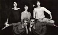 Fotografie DMD Inscenace Bon Jour, Amour (1962): Nahoře zleva: Jiřina Zemčíková, Hlide Mannlová, Jana Rezková.Dole zleva: Helena Cellerová, Miroslav Kovářík