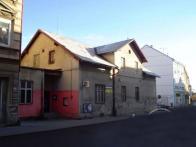"""Nové """"démdéčko"""" vzniklo v této budově v 70.letech 20.století .V r.2009 je na prodej, zřejmě konec této scény i její historie."""