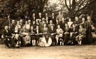 """Na fotografii z r. 1937 je vidět, jak se čeští občané sešli vyšňoření, v kravatách, zřejmě ve snaze posílit si sebevědomí - tušili blížící se politické změny. Na vlajce jsme identifikovali rok 1937 a nápis """"JEN VYTRVAT"""""""
