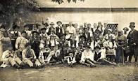 Z konce 20. let pochází snímek ochotnického souboru u zdi Valdštejnského zámku. Snímek je ze hry Pasekáři, mladý Josef Dražný sedí první zleva, s houslemi. Snímek  poskytla paní Radmila Laurichová-Zelenková
