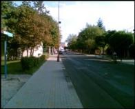 Pohled do Osecké ulice 2, za sloupem VO, vlevo výjezd z Lidlu vpravo z Tesca ?