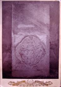 Prvním Lobkovicem na Duchcově byl Děpolt, jehož krásný znakový epitaf z roku 1527 s českým nápisem v novogotické minuskule.