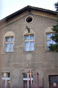 Jedna z největších dosud stojících budov v areálu s letopočtem 1920 na štítu a symbolem hornictví č.p. 796, byla koupelna mužstva