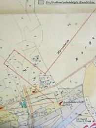 Na mapce z 20. let postupujeme odleva po dnešní Žižkově ulici, na jejímž konci bývala budova jatek (kreslena zeleně) pod kterou se nacházela důlní čerpací stanice dolu Pavel