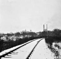 Železniční trať zachycená na fotografii byla v minulosti na řadě místech činností Dolu Pluto podrubána
