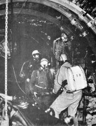 Záchranáři na Dole Pluto II - práce v dýchacích přístrojích patřila neodmyslitelně k záchranářské činnosti