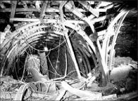 Autentické fotografie záchranářů z místa události jen dokládají, jak silný a ničivý výbuch postihl v září 1981 chodby Dolu Pluto II.