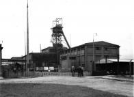Důl Pluto II - v popředí budova těžního stroje, v pozadí jámová budova s oběhem vozů (foto - rok 1964)