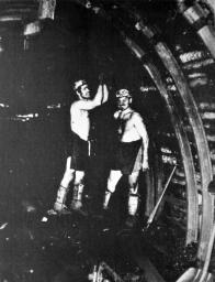 Značné tlakové poměry na Dole Pluto si vyžádaly, aby se ocelová výztuž stala postupně převládajícím typem výztuže základních chodeb