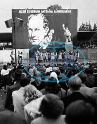 Loučky září-1950. Diváci sledují úchvatný umělecký zážitek, alespoň dle zpolitizované výzdoby se to dá čekat