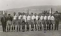 Čechie Litvínov 1934 zleva: brankář: Prouza, Zelenka, Suk, ???, Marek, ???, Folprecht, Pleticha, Punt, Souček, Geipel, funkcionář Novák