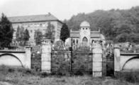 Na snímku je patrná velká kaple v podobě baziliky na chudeřínském-hamerském hřbitově.V pozadí dnešní škola v Hamru. Hřbitov byl zrušen kvůli výstavbě nové silnice (nyní ulice PKH) a učňovské školy v tehdy samostatné obci Hamr.
