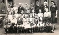 Fotografie zachycuje žáky dolnolitvinovské školy, tzv. německé v roce 1959 s učitelkou Miroslavou Šimečkovou. Sedící 3. zleva je organizátor akce Jaroslav Hošek, 4. zleva jeho pomocnice Soňa Machová a 6. zleva pomocník Jan Brož