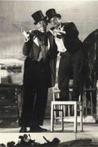 Kronikář Vilda Fořt v Rudém domě.Paní Vlasta Holá se vdala za v.Fořta(1904-1972)krejčího z Chudeřína. Hrál v kapele na buben a především v ochotnických divadlech jako komik. Sál Rudého domu,dříve hotel turistů,je dodnes oblíbeným místem setkání a plesů nejen občanú Chudeřína.