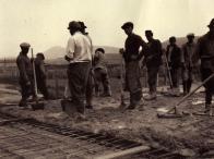 Komořany - práce na střeše v listopadu 1949, v pozadí Hněvín