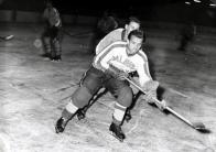 """Štěrba s Litvínovem postoupil nejdříve do druhé ligy a v roce 1959 i do nejvyšší soutěže. """"Hráli se mnou třeba Franta Dům nebo Láďa Kýhos starší,"""" vzpomíná Štěrba. """"Jednou jsme tady porazili slavný Slovan Bratislava a Jožka Golonka jen kroutil hlavou. Říkal - Taká riť. Ani dědina, ani město, a my tuna prehráme"""""""