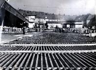 Pod chladicí trubky a nad ně se v roce 1955 spotřebovalo 360 metrů krychlových betonu. Hokejový stadion vymyslel Josef Šatný, vedoucí stavebního oddělení chemičky. Zaměstnávalo 900 lidí. Do roku 1971 přibyly na stadionu tribuny, střecha a od té doby se s ním skoro nehýbalo. Vyrostly ale třeba VIP boxy, fitness centrum, noblesní restaurace. Při rekonstrukci v roce 2004 se vyměnilo chlazení pod ledovou plochou nebo mantinely