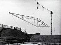 """Střecha přikryla zimák v roce 1965. Štěrba pořád ještě hrál za Litvínov první ligu a pořád byl stavbyvedoucím. """"Ocelové nosníky vážily 12 tun a měřily 49 metrů. Jeřáby se na staveniště nevešly kvůli okolním domům, a tak jsme nosníky usazovali s pomocí lanovky,"""" říká Štěrba. """"Bylo to hodně složité a do poslední chvíle jsme nevěděli, jestli si nosníky přesně sednou. A klepali jsme se. Když se po prvním nosníku ukázalo, že jsme se s dírami pro šrouby trefili, tak jsem se ze samé radosti opil."""""""