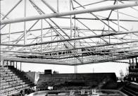 """Když se nosníky pokládaly, nikdo netušil, že 15 metrů od hřiště ke střeše a 12 metrů k zavěšené lávce nebude jednou stačit. """"Kvůli nízké střeše nám chybí nad ledem televizní kostka. Lítaly by do ní puky,"""" prozradil správce stadionu Martin Nosek"""