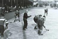 Rok 1955. Z přírodního kluziště se stala za čtyři měsíce umělá ledová plocha. Mrazící směs pak protékala masivními ocelovými trubkami o průměru 32 milimetrů. Led se neupravoval rolbami. Na sáňkách se vezl sud s horkou vodou a za ním se tahala deka