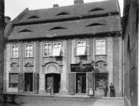 Původní budova muzea v Bílinské ulici. V budově je dnes knihovna. Jen dům k nepoznání zošklivěl.