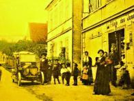 Horní část Lomu, v pozadí dnes již neexistující škola. Cca 1900