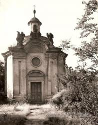 Kaple sv. Jana Nepomuckého Barokní centrální, oválná kaple sklenutá kupolí, nad vchodem tři plastiky. 60. léta 20. stol.