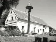 Majiteli domu čp.8 se zvoničkou z r.1925, jsou obyvatelé osady Lounice, manželé Jirkovští