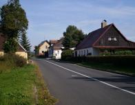 Silnici směr Klíny obklopují původní domky