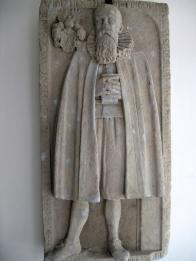 Náhrobník představuje postavu Veita Dreissiga ( + 1617). Měšťanský rod Dreissigů hrál významnou roli v dějinách Hrobu na konci 16. a počátkem 17. století. Artefakt se nachází v sakristii Kostela sv.Barbory a na detailnější průzkum ještě čeká