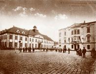 Vlevo poštovní úřad, vpravo budova okresního hejtmanství v roce 1915