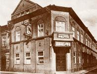Podle poštovních úřadů vznikaly v jejich blízkosti též názvy restauračních a kavárenských podniků. Na snímku z r.1911 rohová kavárna Pošta