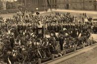 Tryzna, která proběhla na Masarykově náměstí v září 1937 se objevila na dobové pohlednici. Neznámý pisatel ji odeslal 28. 9. 1937 s textem: Zde ti zasíláme na věčnou památku pohled na náš pomník při smutečních oslavách T. G. Masaryka. Podle pamětníků se tryzny zúčastnilo také hodně občanů Litvínovska německé národnosti