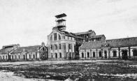 Centrální oblast Mostecka byla zejména od 19. století doslova protkána různými většími i menšími uhelnými doly. Často se jednalo o doly hlubinné. Na snímku budovy a těžní věž hlubinného dolu Richard v roce 1911