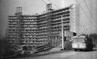 Trolejbus před rozestavěným Koldomem začátkem 50. let