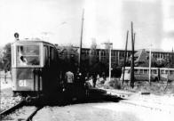 Křížení úzkorozchodné tramvaje a trolejbusu v zastávce Pod Pikovkou Horní Litvínov nádraží. Třívozový vlak linky zakončuje vlek číslo 51, italský kloubový trolejbus vyčkává v přestupní zastávce, až bude moci pokračovat ke Stalinovým závodům