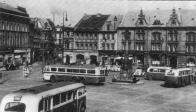 Konečná na již Mírovém náměstí v Mostě. Vůz Tatra 400 odjíždí do Loučné, od nádraží přijíždí tramvaj, v popředí jeden z městských autobusů Škoda 706 RO